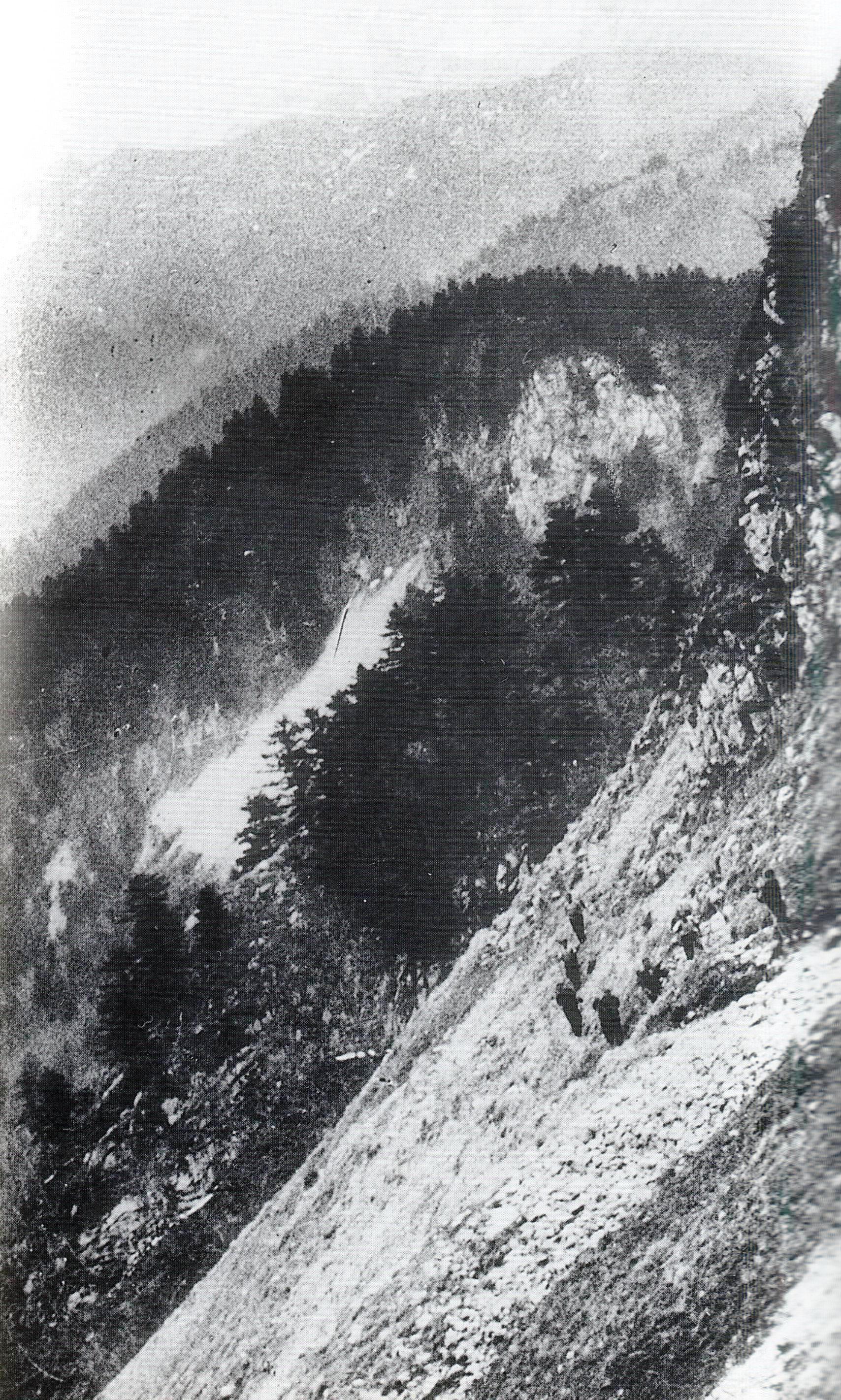 Grupo guerrillero cruzando los Pirineos a finales de 1944.