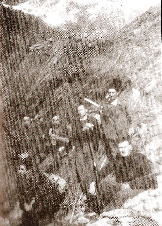 Grupo de guías de la UNE, Martín es el primero por la izquierda de pie. Cruzando el Pirineo, otoño de 1944.