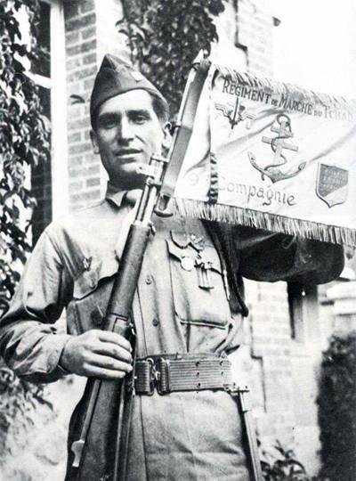 Antonio Domínguezposando con el banderín del batallón.