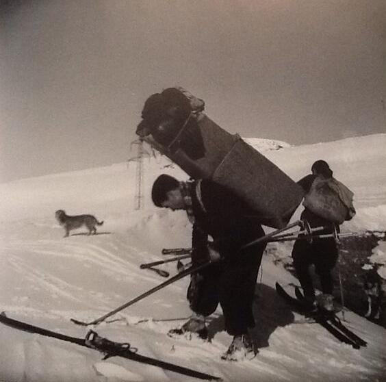 Paquetaires con esquíes, en las cercanías de Andorra.