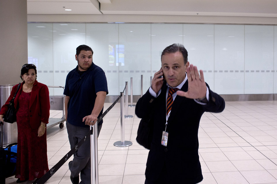 Los vuelos de deportaci n a ecuador vistos del otro lado for Ministerio del interior de ecuador
