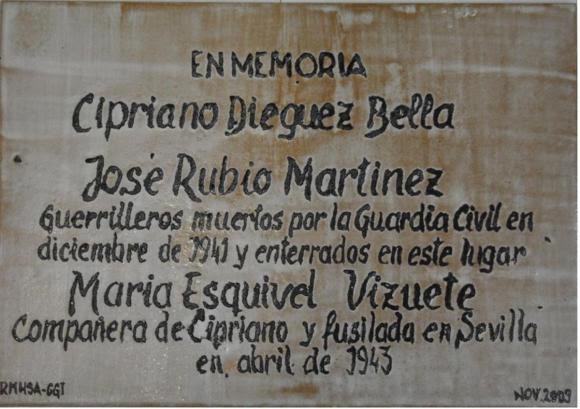 Placa en memoria de tres de los miembros de la partida en Alanís.