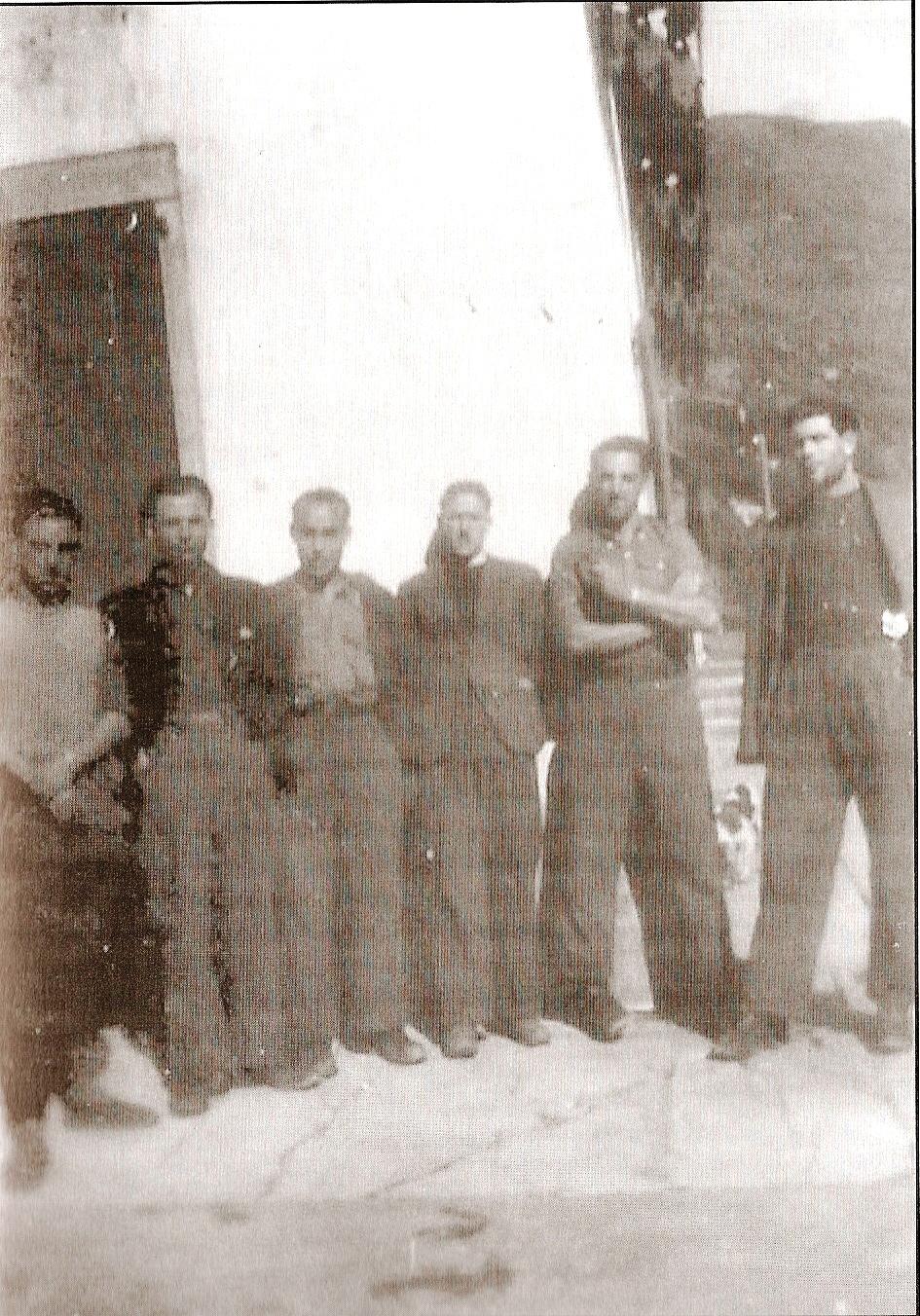 """Grupo de guías guerrilleros en 1944. De izda. a dcha. José Garrido de CNT, Giménez """"el Toledano"""", socialista, """"el Navarro"""" de JJLL, Martín Arnal y Antonio Bielsa de CNT y Juan Sin, del POUM."""