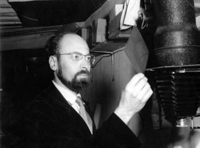 Adolfo Kaminsky, en plena faena realizando comprobaciones.