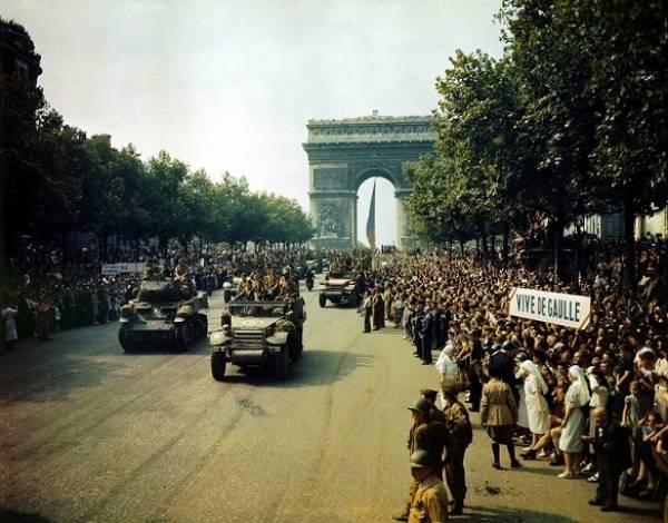 París celebra su liberación. La nueve desfila por los campos Elíseos.