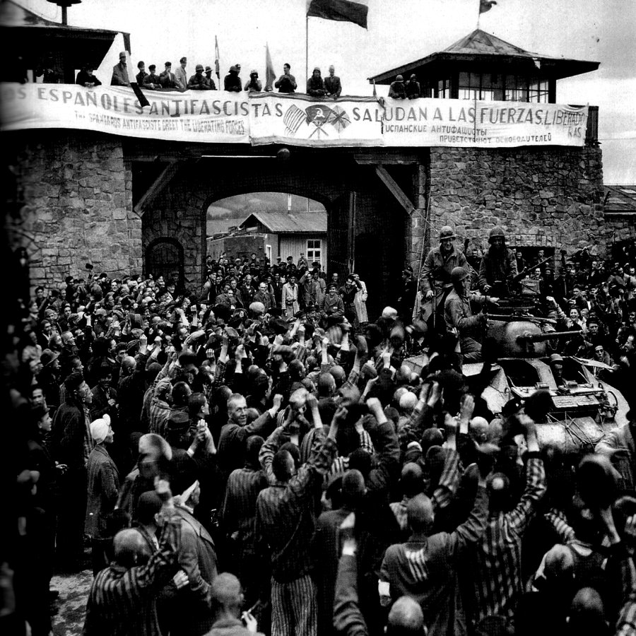 Campo de concentración de Mauthausen,los españoles antifascistas saludan a las fuerzas libertadoras. Este fue el origen de uno de nuestros libros protagonistas.