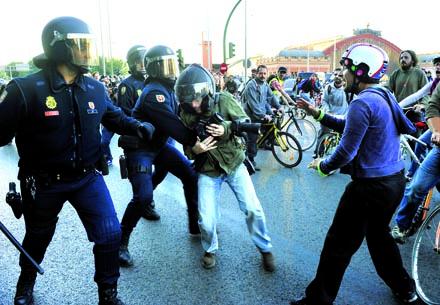 WALTER ASTRADA. Durante el 29-S, el fotógrafo intenta que no le quiten la cámara. FOTO: Pedro Armestre