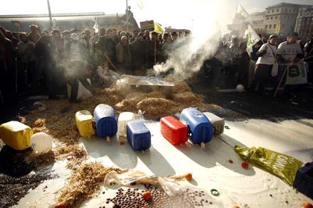 EL COSTE DE LA PAC. La política agraria ha aumentado la precariedad en el campo. Las manifestaciones de pequeños agricultores y ganaderos se han repetido estos años. Foto: Edu León.