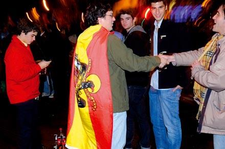 Unos jóvenes celebran la victoria de Rajoy el 20N. Foto: Diego González