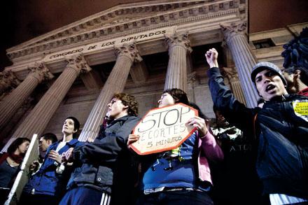 Concentración de alumnado universitario frente al Congreso en la nohce del 17 de noviembre. Foto: Elena Buenavista.