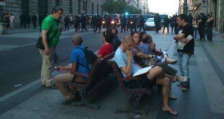Varias personas esperan pacientemente dentro del cerco policial. / Foto: @El_Diagonal.