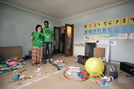 El desahucio de esta pareja en Montcada (Barcelona) fue paralizado gracias al apoyo de decenas de personas.  Foto: Albert García.