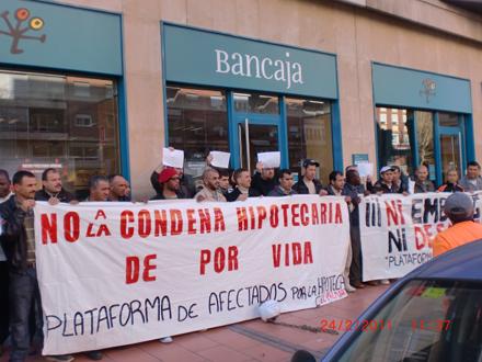El jueves 24 una treintena de hogares amenazados de embargo por Bancaja se concentraron frente a una sede de esta entidad en El Palmar (Murcia). Foto: Afectados por la Hipoteca El Palmar.