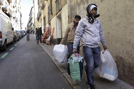 La campaña promueve, junto a la dación en pago y el alquiler social universal, un cambio legislativo para que se establezca una moratoria de desahucios. En la imagen, desalojo de un hogar hipotecado en febrero en el barrio madrileño de Lavapiés. Foto: Dav