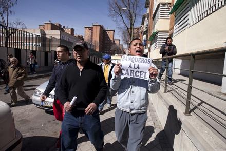 Unas 150 personas paralizaron el desahucio de una familia el miércoles 7 en el barrio madrileño de Entrevías. Pese a encontrarse todos los miembros en paro, esta familia no podría acogerse a las medidas del Gobierno dado que suscribieron una hipoteca de m