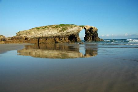 ARCOS GÓTICOS. Reflejos en la playa de Las Catedrales, cerca de Ribadeo, en la provincia de Lugo.