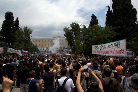 Protesta en plaza Syntagma en junio de 2001. Foto: Galinos Paparounis