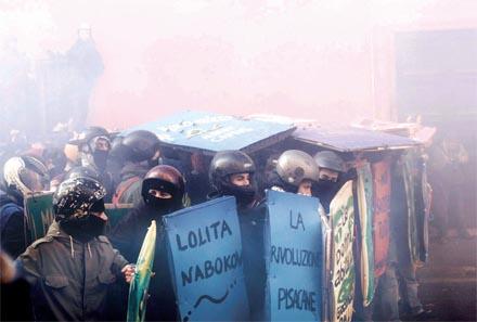 ROMA. El 14 de diciembre la protesta de estudiantes y personas trabajadoras contra las poliÃÅticas del Gobierno de Berlusconi se saldoÃÅ con maÃÅs de tres horas de enfrentamien- tos entre la PoliciÃÅa y los manifestantes. Foto: Davide Tartaglia.