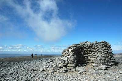 PEÑA DE LA MUELA. Restos de una caseta refugio para pastores en caso de tormentas, en el último tramo de la ascensión a la peña.