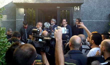 Un portavoz de la PAH anuncia la paralización del desahucio rodeado de cámaras.