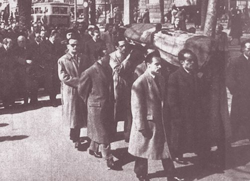 Durante el entierro del agente OswaldoBlanco, Quintelacon gafas oscuras.