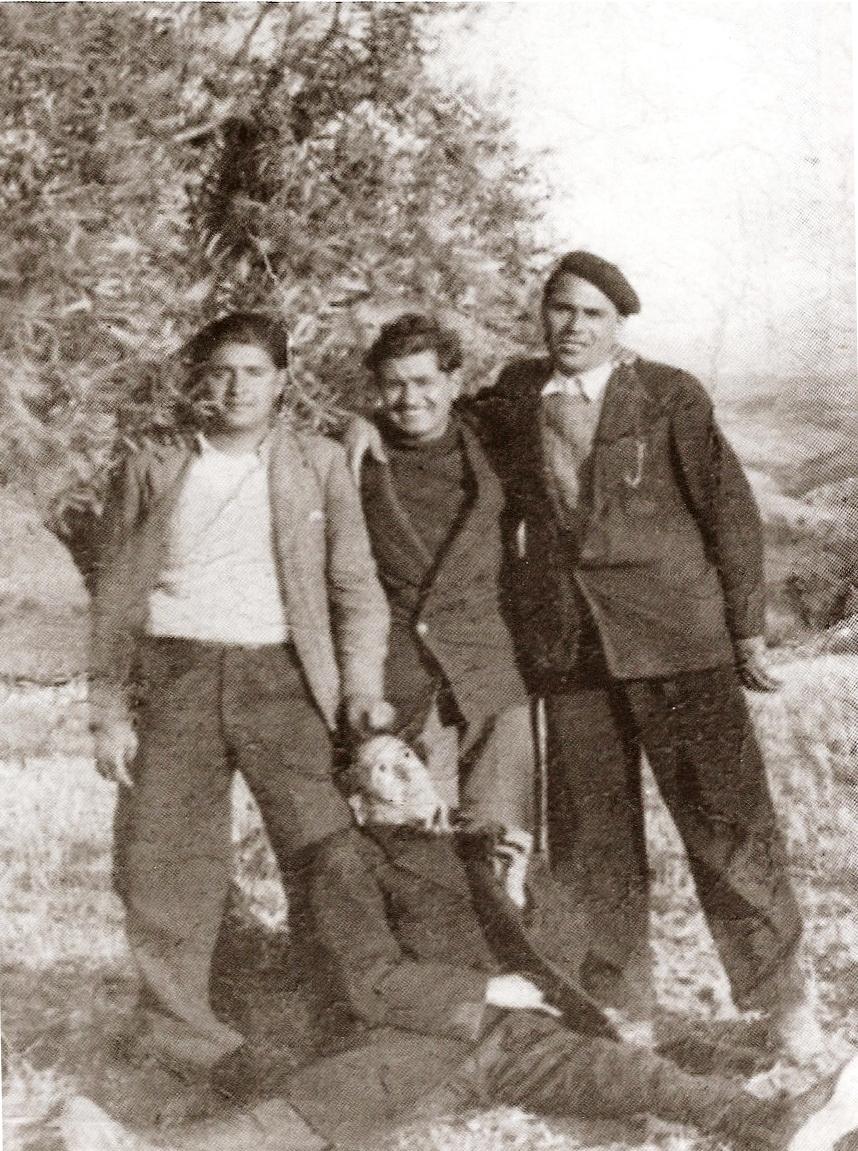 """Paco, Pepe y Antonio Quero. En el suelo, """"el Matías"""". 1943."""
