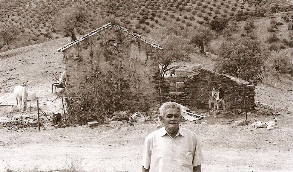 """José Moreno junto al cortijo """"Mojapies"""", donde resultó herido y detenido. Allí murieron el 6 de enero de 1944seis de suscompañeros."""
