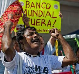 Manifestaciones en la cumbre alternativa en Cancún. Foto: Tom Kucharz.