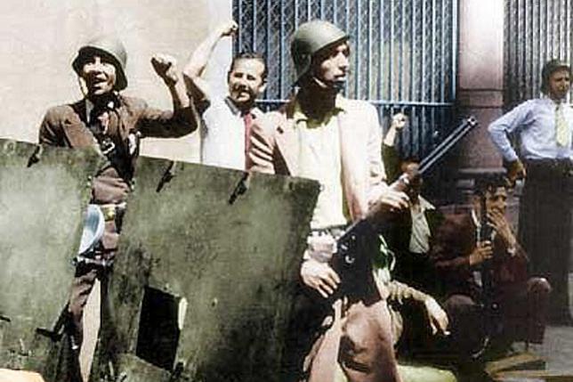 19 DE JULIO DE 1936. Helios Gómez, con corbata, durante el asalto al Cuartel de la Montaña en Madrid.