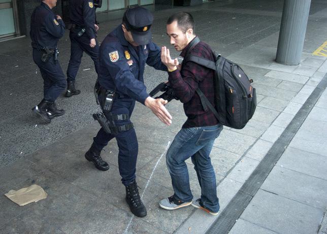 Acoso a periodistas durante el encierro y detención de activistas stopdesahucios en la Sareb en marzo de 2013. / DANI GAGO / DISO PRESS