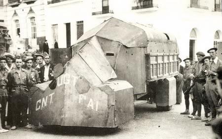 Un grupo de requetés con un blindado casero confiscado después de la conquista de Aracena.
