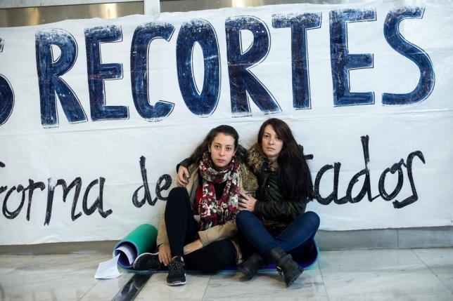 Belén Martín (derecha), junto a su hija, esta mañana.