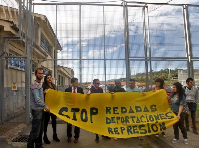 Concentración de protesta frente al Centro de Sograndio coincidiendo con otra detención de un menor para su posterior expulsión de España. / PABLO LORENZANA