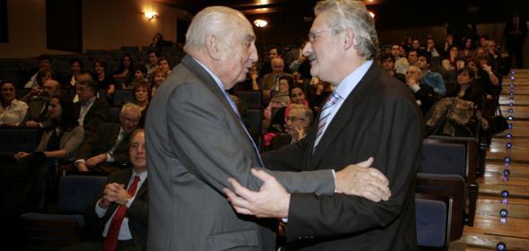 El presidente de honor de Alsa, José Cosmen, durante un acto con el ex presidente autonómico y diputado por el PSOE, Antonio Trevín