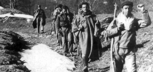 """En todas las radios, la misma letanía: """"En el día de hoy, cautivo y desarmado el ejército rojo…"""". El parte acaba con otra dolorosa frase: """"¡La guerra ha terminado!""""."""
