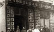 Dueños y clientes de una bodega en el madrileño barrio de Maravillas en 1918