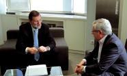 CUMBRE PRELIMINAR. Mariano Rajoy, próximo presidente e Ignacio Fernández Toxo, secretario general de CC OO, dialogan sobre el mercado de trabajo. Toxo calificó la reunión como 'Äúútil'Äù. / Foto: David Fernández.