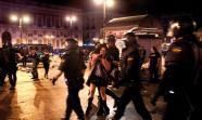 DESALOJO. Policías detienen a una joven el sábado 12 de mayo en el desalojo de Sol / FOTO: Olmo Calvo