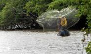 EL SALVADOR. Un pescador del Bajo Lempa lanza la atarraya, una red característica de la pesca de subsistencia. MARCOS CANOSA