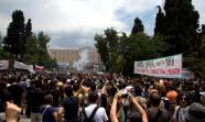 MOVILIZACIONES. La manifestación en los aledaños del Parlamento heleno fue reprimida por la policía.