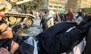 ANTES. Los primeros días de la revuelta unieron al pueblo y al Ejército. Ciudadanos protestan junto a militares en plaza Tahrir en enero. Foto: Jano Charbel.