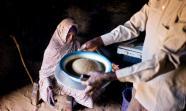 AGUA Y COMIDA. Imagen de una familia en Turba, norte de Darfur, Sudán. / Foto: Albert González Farrán / UNAMID