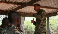 RUANDA. Un militar estadounidense en un campo de entrenamiento de soldados.