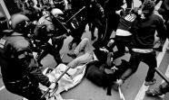HISPANIDAD A PORRAZOS. La policía carga, el pasado 12 de octubre en Barcelona, contra los asistentes a una concentración antifascista tras haberlos acorralado previamente.