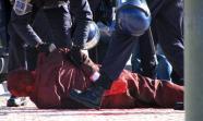 La policía lusa detiene a un activista anti OTAN tras una acción no violenta. / José Alfonso