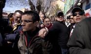 Un grupo de personas se agolpa frente a una vivienda del barrio de Entrevías de Madrid para evitar su desahucio. Foto: Elena Buenavista y Diego González Sanz