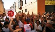 Un momento de la acción de bloqueo del desahucio de Tatiana y Anwar el 15 de junio. Foto: David Fernández