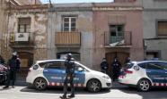 Registro en una casa del barrio de Sants donde se produjo una de las cuatro detenciones del 19 de abril en Barcelona. Foto: Bárbara Boyero