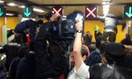 Los activistas han saltado los tornos rodeados de prensa y sin oposición de la policía presente / Foto y vídeo cedidos por @jogueteroto.