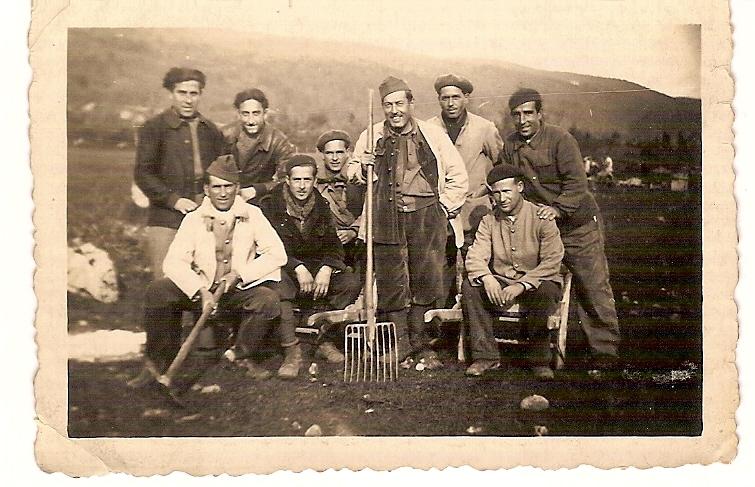 """Pere Adrover, sentado, el segundo desde la izquierda, en el frente, con sus compañeros de la columna """"Los Aguiluchos"""" durante la guerra civil."""